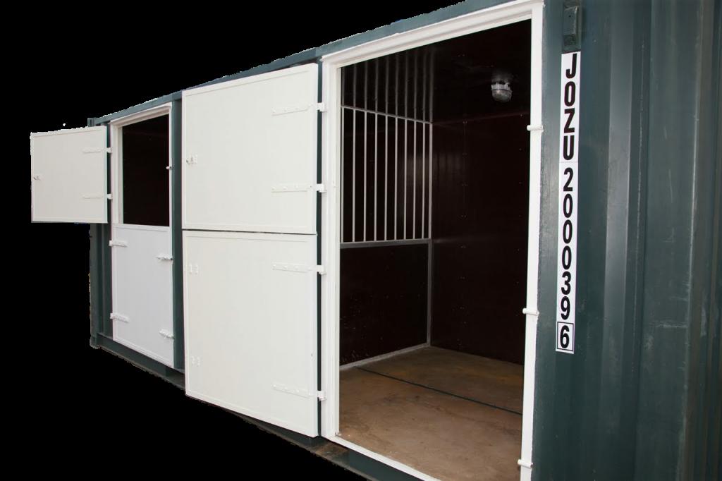Paardenbox met deur open.