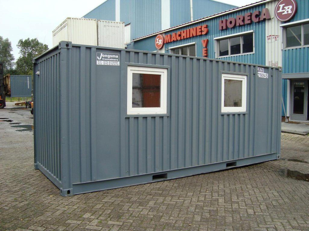 Foto van een kantoor container, kantoorunit, een omgebouwde zeecontainer, is inzetbaar op plaatsen waar (semi)permanent kantoor nodig is.